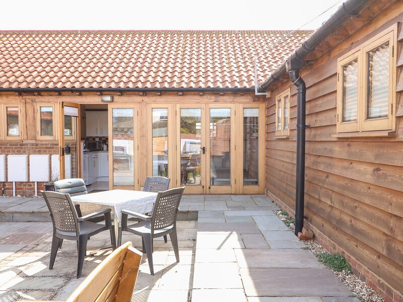 5c HIDEWAYS, attractive cottage minutes from beach, open plan living, ideal, holiday rental in Hunstanton
