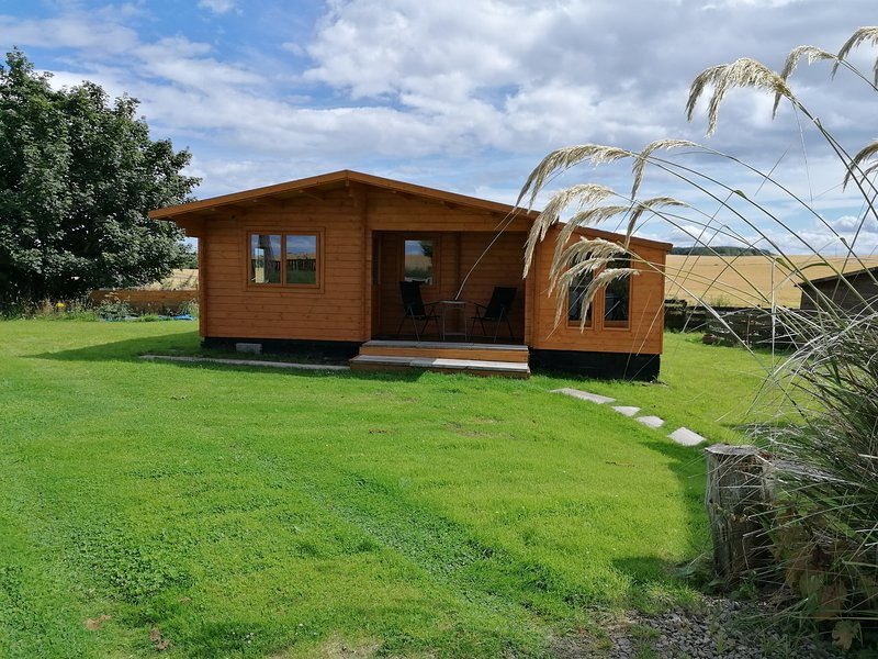 Immaculate 2-Bed Log Cabin near Portmahomack &Tain, holiday rental in Cadboll