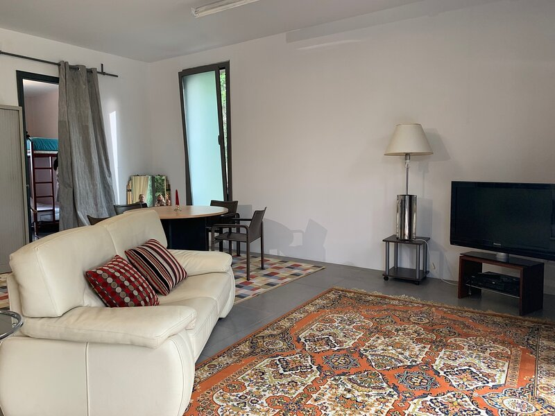 Spacious chalet with shared pool, alquiler vacacional en Sant Pere de Ribes