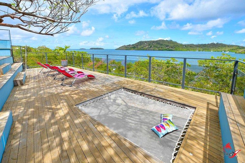 Superbe villa avec ponton, jacuzzi, piscine, les pieds dans l'eau, location de vacances à Le Robert