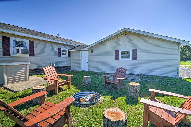 NEW! Smart Home Near Flowage Lake w/ Fire Pit, casa vacanza a Lupton