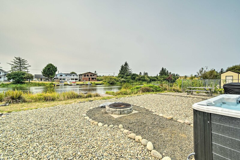 NEW! Waterfront Getaway w/ Private Hot Tub + Dock!, holiday rental in Hoquiam