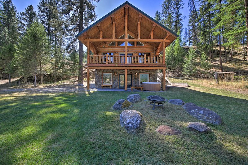 NEW! Scenic Riverfront Retreat w/ Hot Tub & Kayaks, holiday rental in Thompson Falls