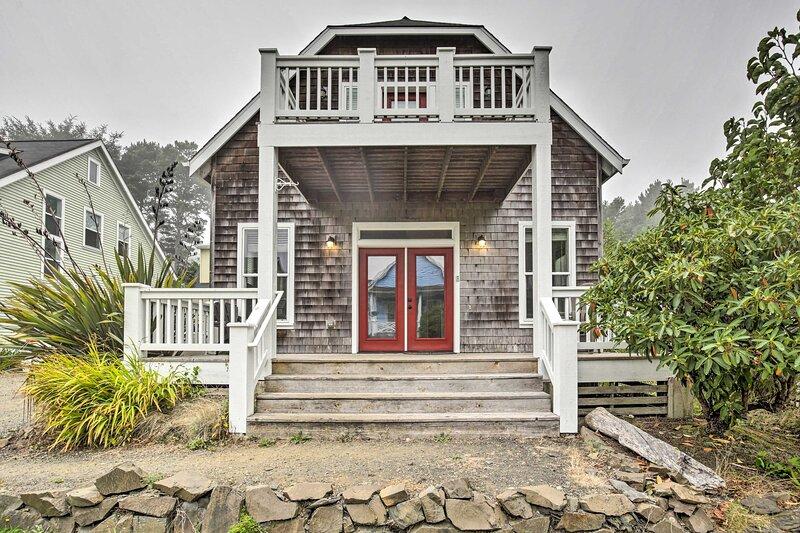 Dog-Friendly Home w/ Hot Tub & Deck; Walk to Beach, holiday rental in Lincoln Beach