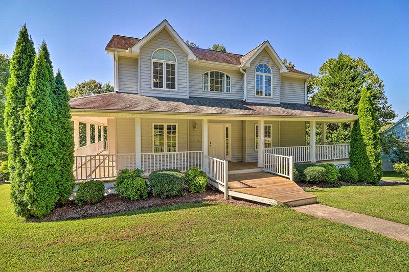 NEW! Asheville Family House w/ Wraparound Deck!, casa vacanza a Fairview