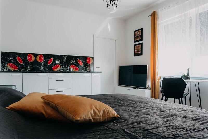 Lora & Lana Resort / Yellow Grand Studio, holiday rental in Domzale