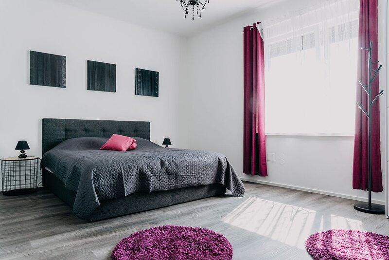 Lora & Lana Resort / Purple Queen Luxury Suite, holiday rental in Domzale