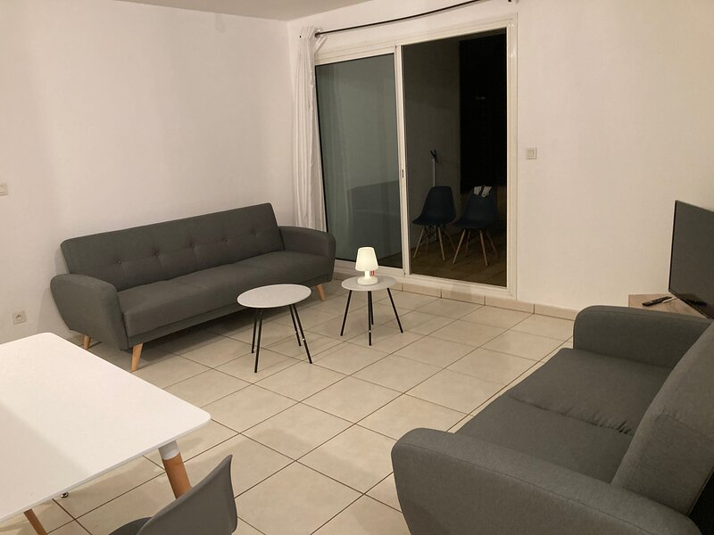T2 new Large Terrace Parking Near Downtown and Access To West Beaches, holiday rental in Saint-Denis