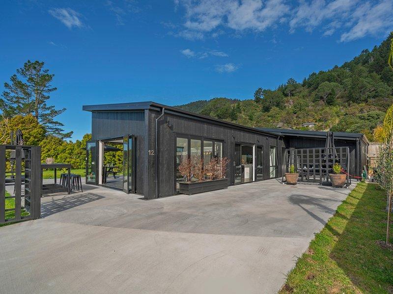 The Honey House - Pauanui Holiday Home, Pauanui, vacation rental in Thames