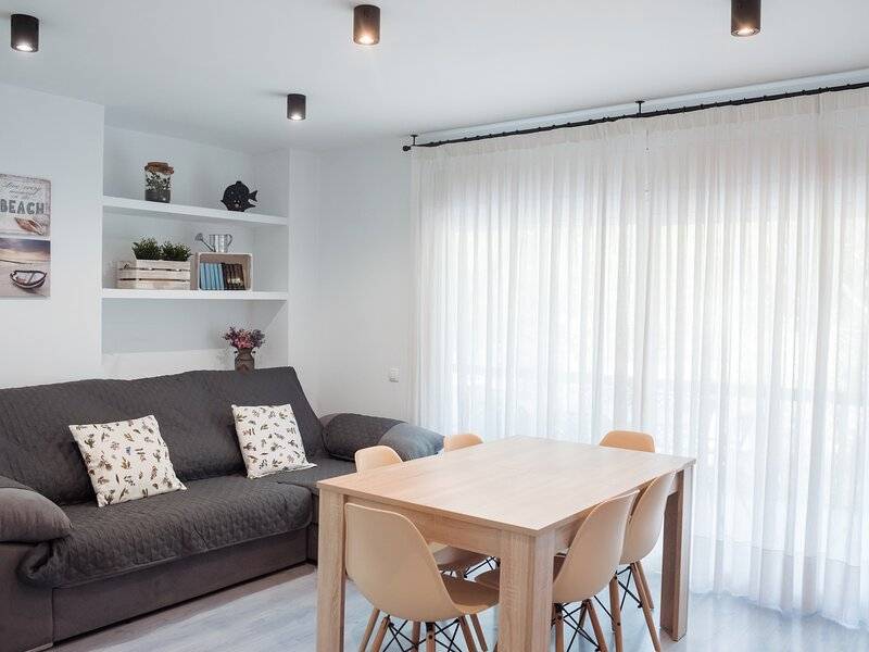Apartment with large terrace 1min from the beach & private parking, holiday rental in Castell-Platja d'Aro