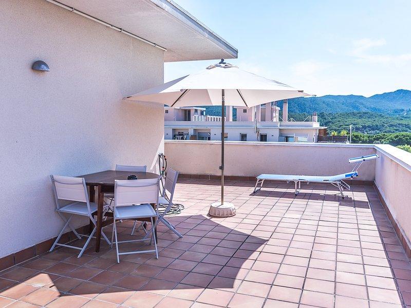 Penthouse with solarium & pool 5min beach, casa vacanza a Sant Feliu de Boada