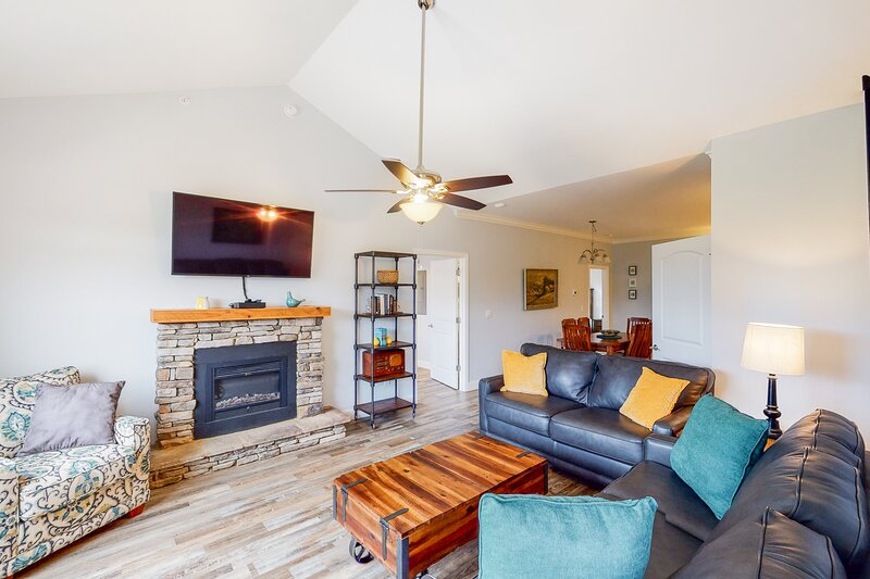 New listing! Pristine & peaceful condo w/ a full kitchen, shared pool, & firepit, vacation rental in Townsend