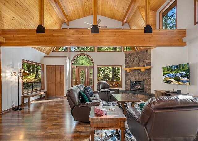 One of a kind family retreat! Slps 30 | Gym | Game Room | On Silver Creek, casa vacanza a Easton