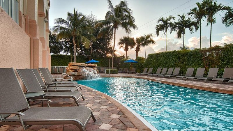 COMFY KING UNIT, POOL, HOT-TUB, PARKING, vacation rental in Pelican Bay