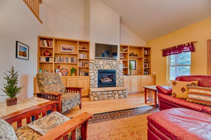 NEW LISTING! Caballero Cabin! Spacious Home w/Loft- 5 Minutes to Shopping/Dinnin, holiday rental in Pagosa Springs