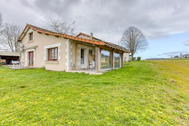 Big house with terrace & Wifi, vacation rental in Ingrandes