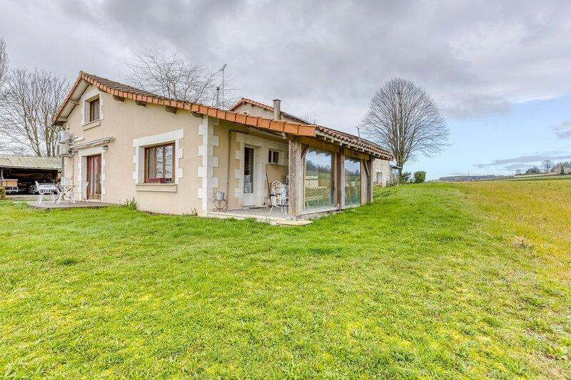 Big house with terrace & Wifi, location de vacances à Ingrandes