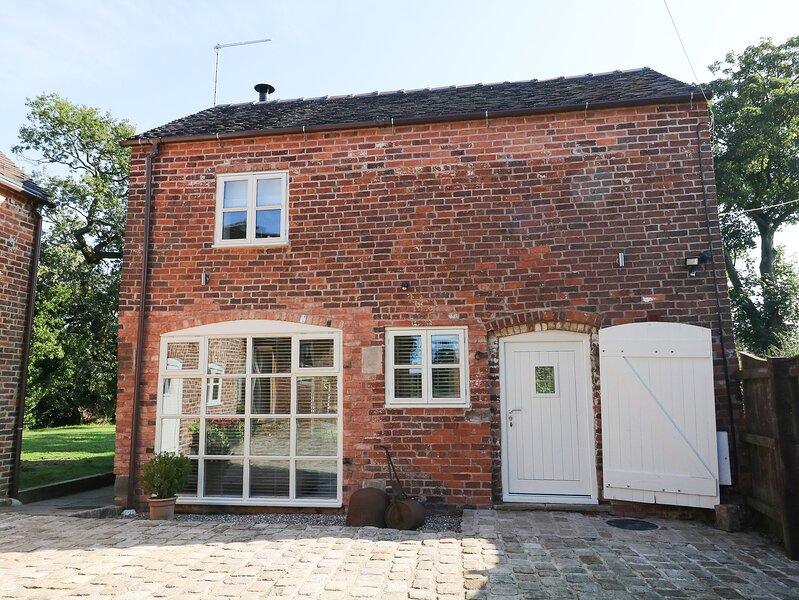 ORCHARD BARN, WiFi, hot tub, open-plan living, Stone, holiday rental in Stafford