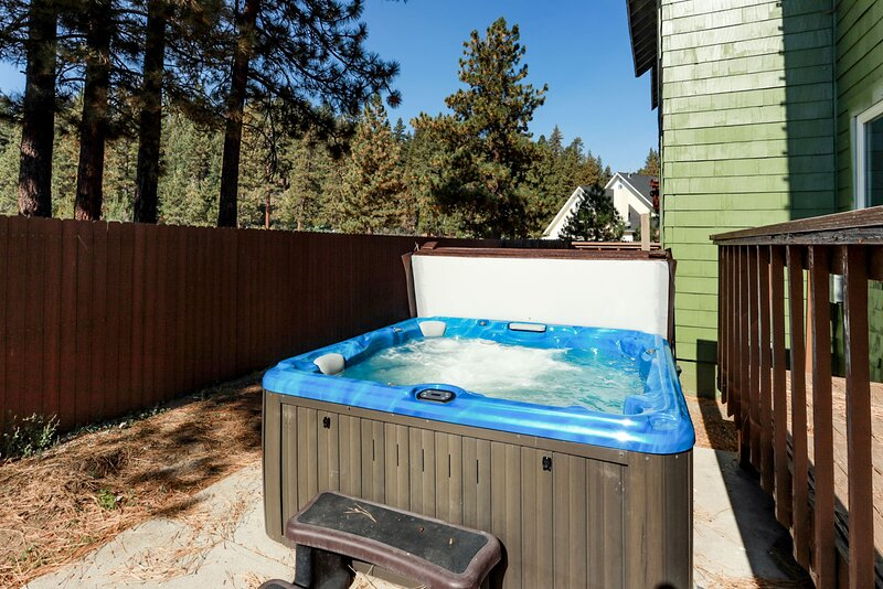 Fawnskin Chalet Spacious 4 BR / Hot Tub / Games, alquiler vacacional en Fawnskin