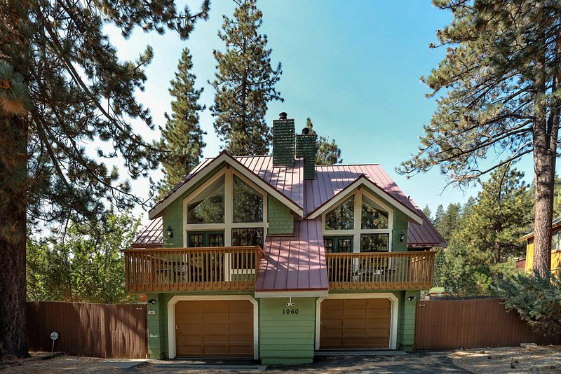 Fawnskin Chalet Spacious 4 BR / Hot Tub / Games, vacation rental in Lucerne Valley