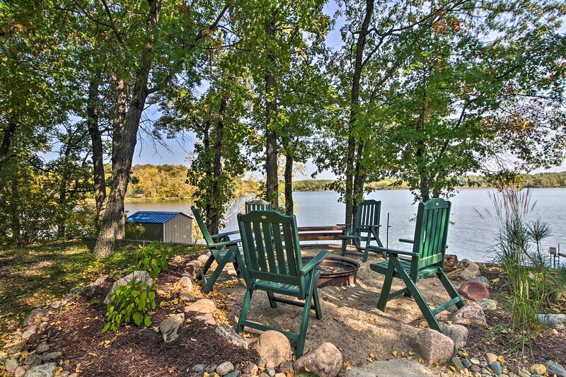Waterfront Pequot Lakes Cabin w/Dock & Sandy Beach, holiday rental in Pine River