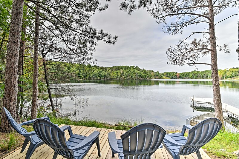 NEW! Quiet Retreat on Lake w/Kayaks, Boats, Bikes!, aluguéis de temporada em Mount Morris