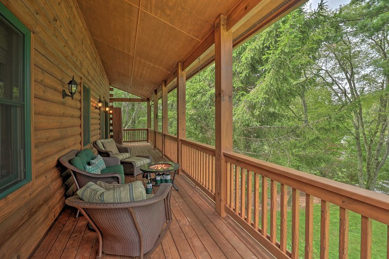 NEW! Quiet Forest Hideaway w/ Deck & Near Hiking!, holiday rental in Glenville