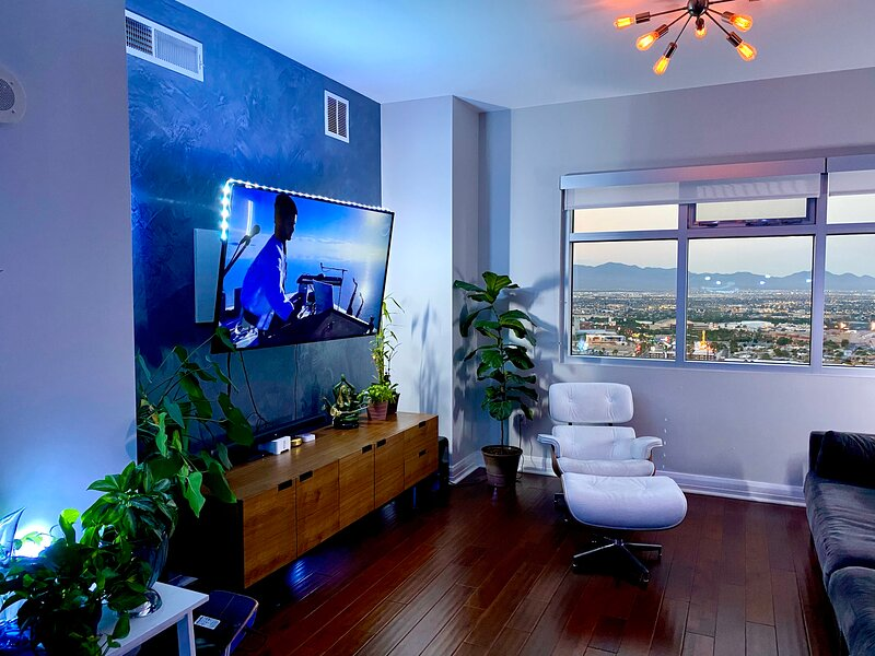 Penthouse Sonos + Philips Hue Immersive Lighting, vacation rental in North Las Vegas