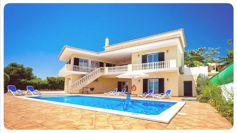 Charming villa with stunning sea view across the countryside, holiday rental in Pera