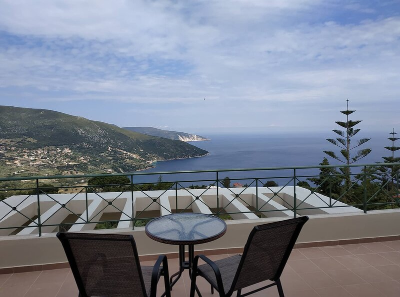 VILLA SOFIA WITH AN AMAZING VIEW, location de vacances à Atheras
