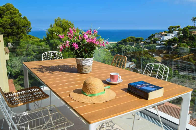 Beachside detached villa, sea views, private pool and ADSL/broadband connection., aluguéis de temporada em Pals