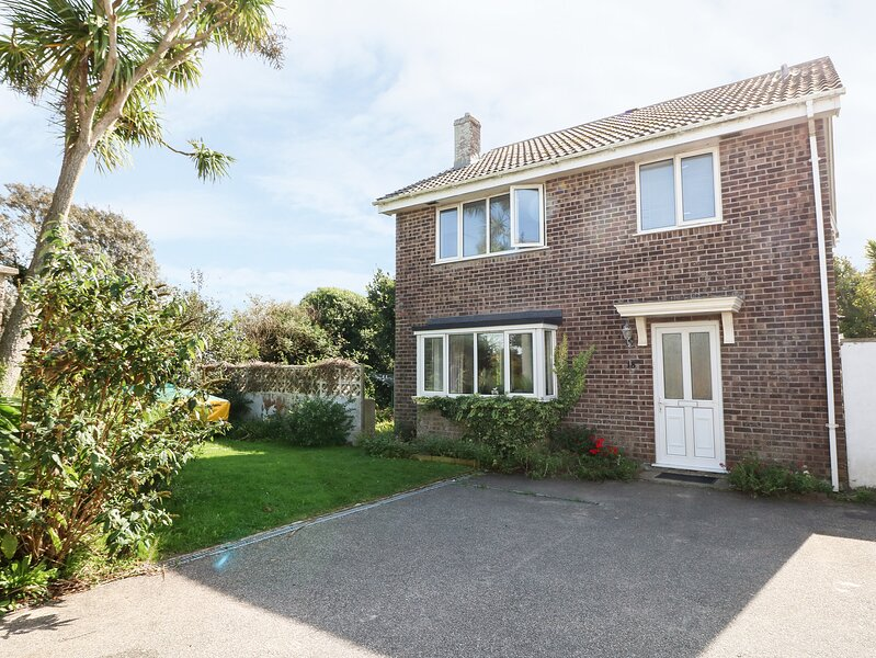 18 POLVELLA CLOSE, comfy, relaxing family house 450 yards from Fistral Beach, Ferienwohnung in Crantock