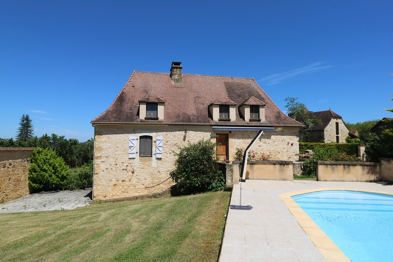 PECHPIALAT - COMFORTABLE STONE COTTAGE WITH ENCLOSED GARDEN AND PRIVATE POOL, holiday rental in Saint-Martial-de-Nabirat