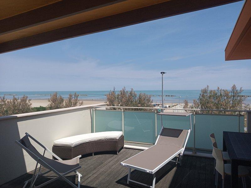 Albamare - Appartamento indipendente con solariu fronte mare, vacation rental in Scapezzano