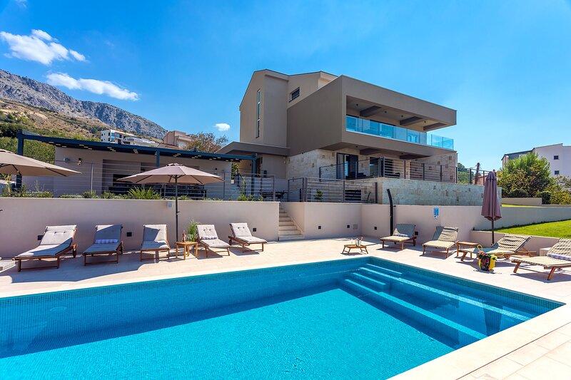 NEW! Villa Diva with 7 bedrooms, heated pool, sauna and fun zone, sea views, holiday rental in Podstrana