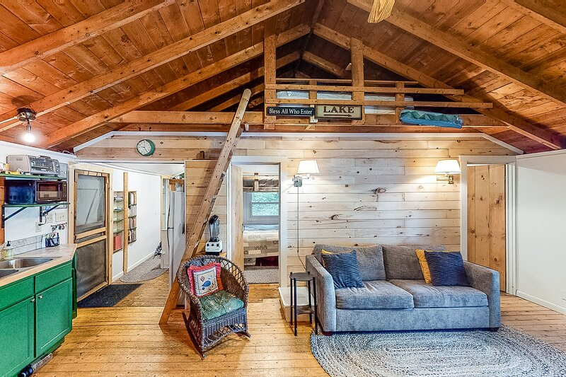 New listing! Newly-remodeled lakefront home in a wooded setting w/private dock, vacation rental in Shelburne