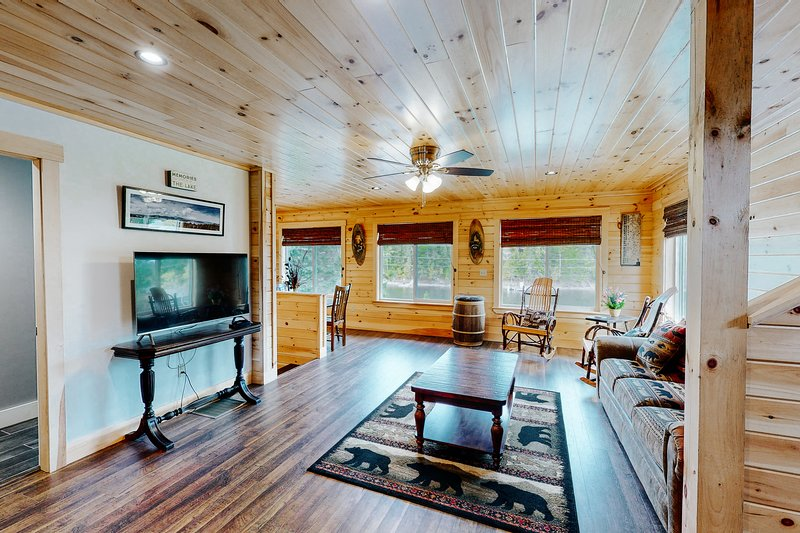 Charming riverfront home with mountain views, private dock, and gas grill!, vacation rental in Jackman