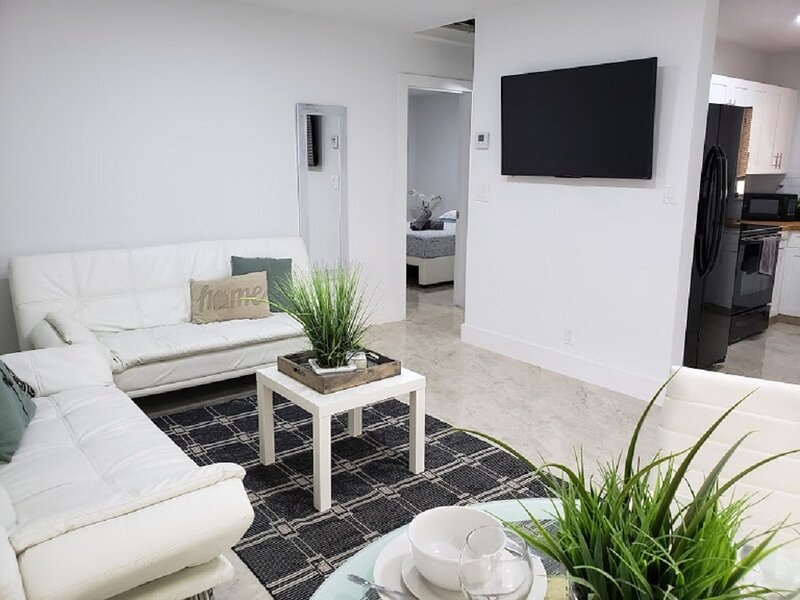 Come enjoy a beautiful, renovated 2 bedrooms apartment in a triplex home with private entrance.