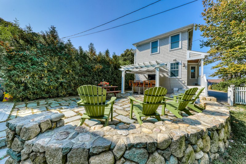 Stunning classic family home that has central AC & outdoor patio w/ kitchen & TV, holiday rental in Cape Ann