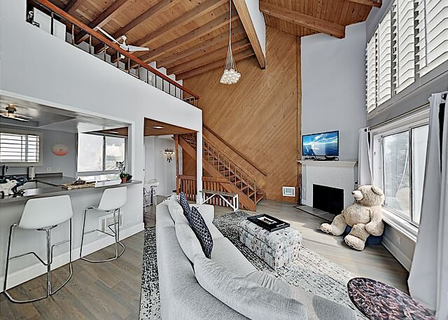 California-Chic Townhome with Two Suites & Private Rooftop Deck - Near Beach, location de vacances à Marina del Rey