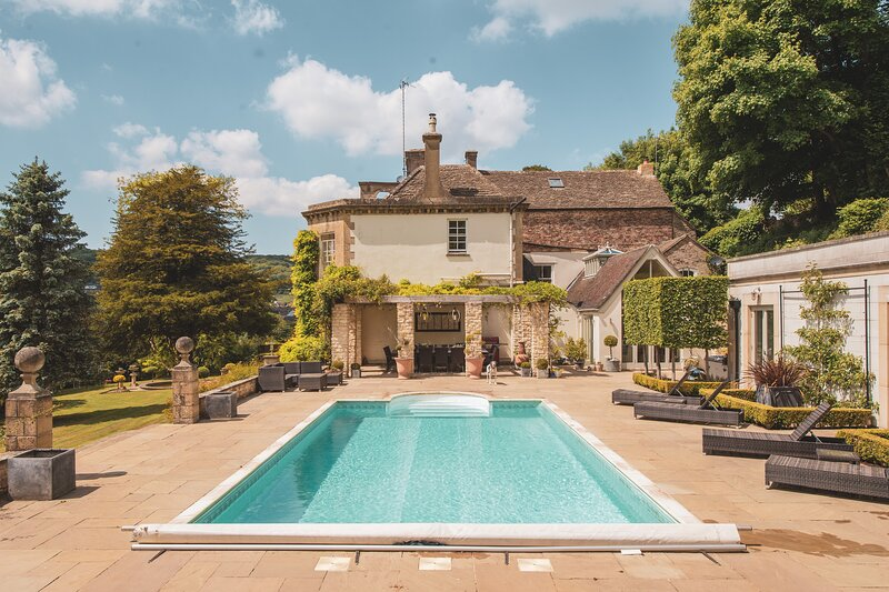 5 * EWELME MANOR - OUTDOOR HEATED POOL SLEEPS UP TO 26, location de vacances à Hillesley
