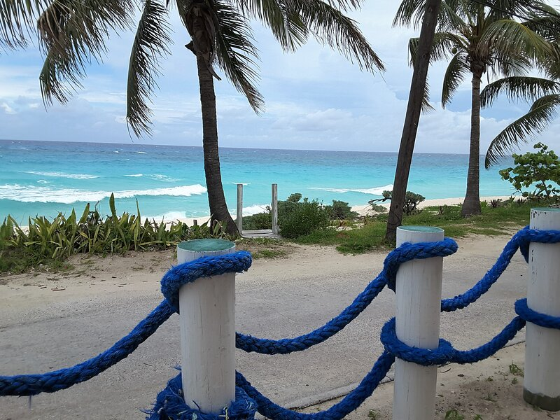 BEACH FRONT-CENTRAL LOCALE-STUNNING VIEW-FREE WIFI-CABLE-BBQ.*BACK UP GENERATOR*, alquiler de vacaciones en Bimini