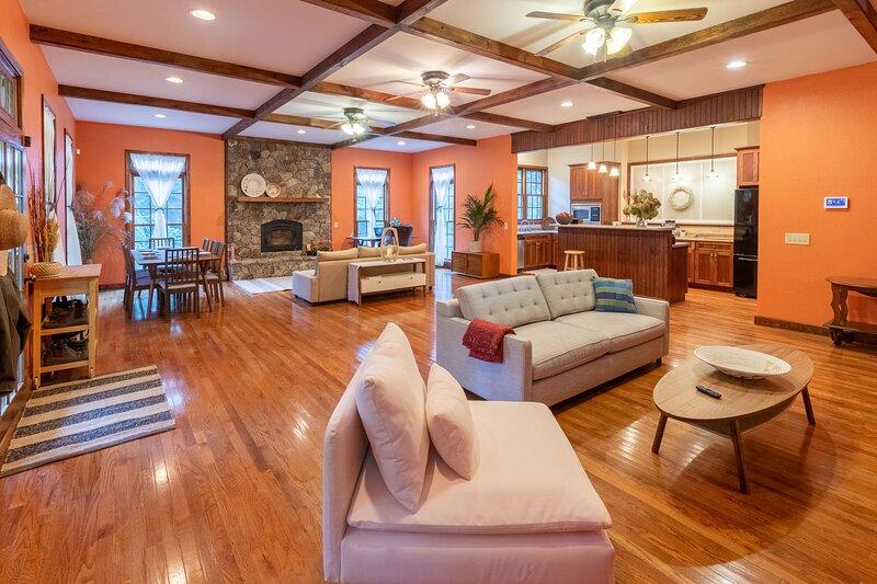 Elegant Smoky Mountains Retreat - New Listing, casa vacanza a Almond