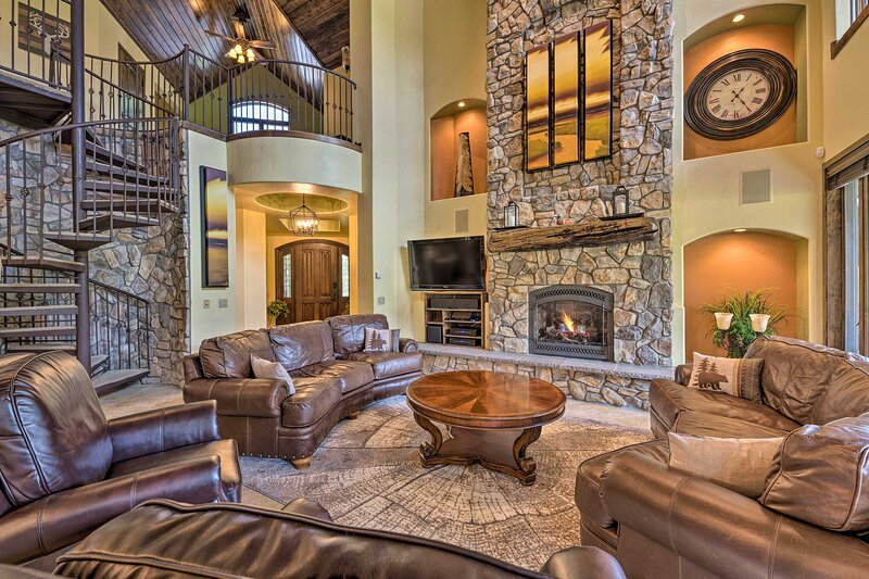 NEW! Lavish Pinetop Paradise w/ Central Location!, holiday rental in Apache County