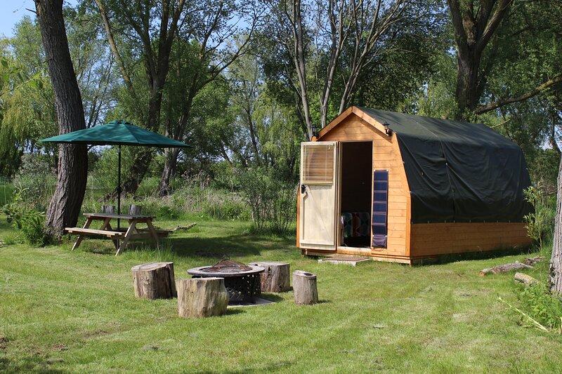 Patsy's lakeside sleeps-3 glamping pod, casa vacanza a Stoke by Clare