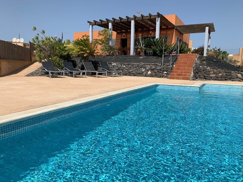 Villa la Perla Azul, Panoramic ocean views, HEATED POOL, Wifi ..., location de vacances à Pozo Negro