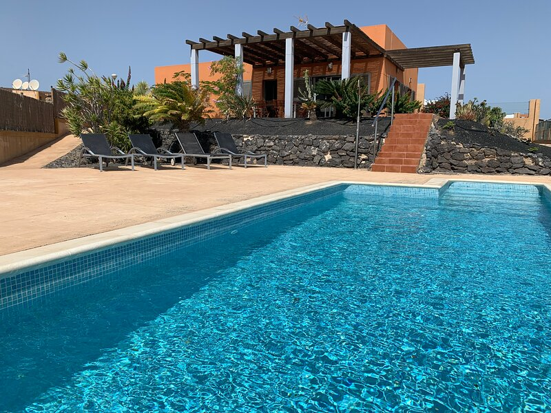 L a Perla azul with a wonderful views ,garden and heated pool ., location de vacances à Pozo Negro
