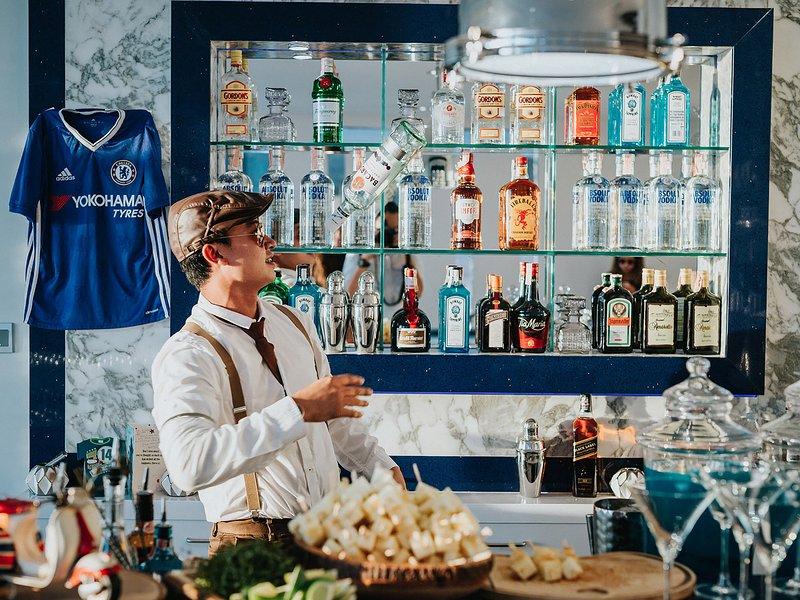 Villa Saan - Bartender in action