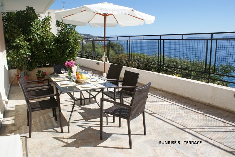 Sunrise 5   Beautifully Located Air conditioned Apartment Above Secluded Beach, casa vacanza a Xiropigado