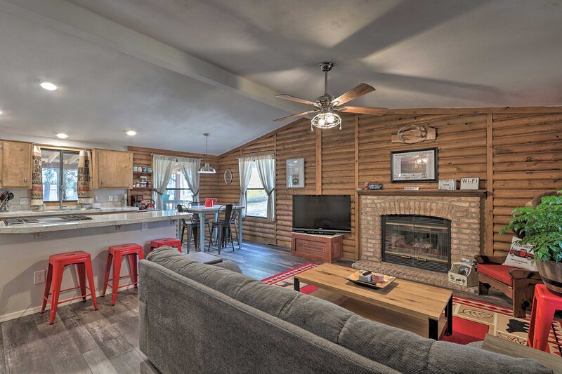 NEW! Updated Strawberry Family Cabin w/ 2 Decks!, holiday rental in Strawberry